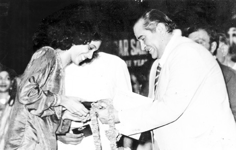 Penaz Masani awarded by Raj Kapoor copy